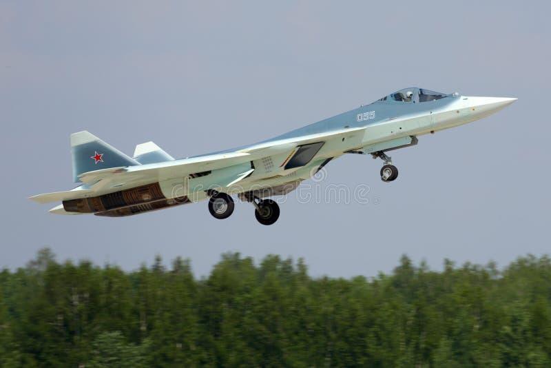 Le BLEU du prototype PAK-FA 055 de Sukhoi T-50 est un chasseur à réaction de cinquième génération montré tout en perfoming un vol photos stock