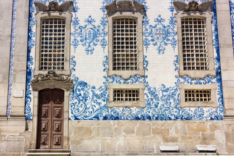 Le bleu et le blanc couvre de tuiles l'azulejo sur l'église de Carmo à Porto, Portugal photos stock