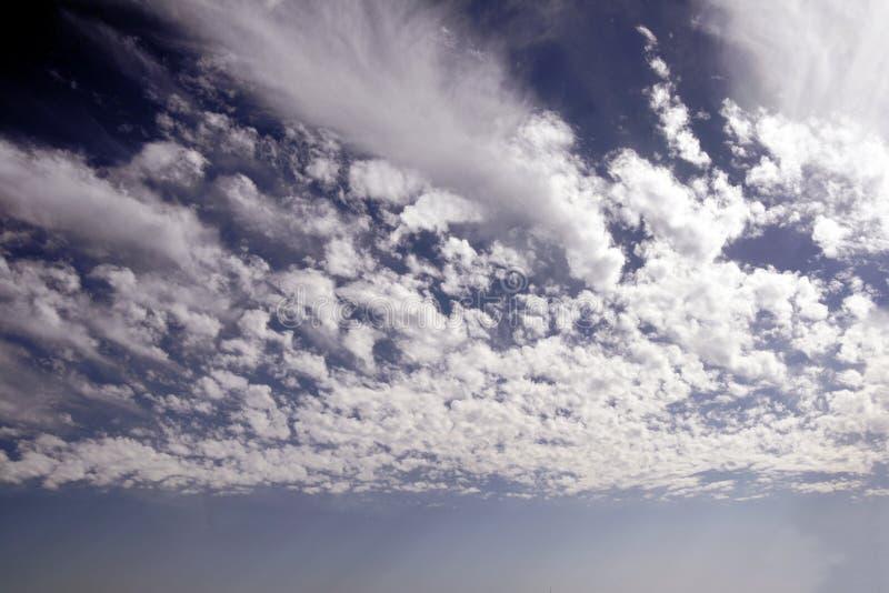 le bleu opacifie le blanc de ciel photographie stock