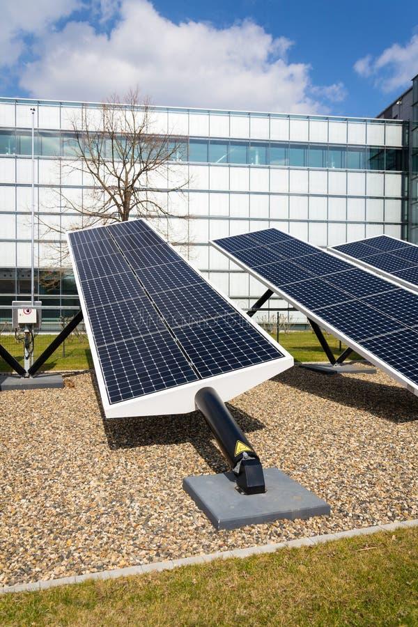 Le bleu tournant les panneaux solaires a incliné le traqueur d'axe, futur concept d'énergie image stock