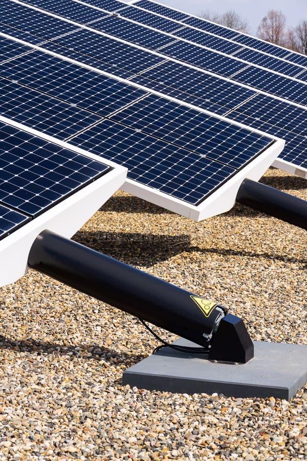 Le bleu tournant les panneaux solaires a incliné le traqueur d'axe, futur concept d'énergie photographie stock libre de droits