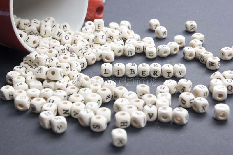 Le bloc en bois écrit par liberté de mot ABC en bois photos stock