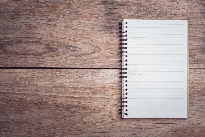 Le bloc-notes/a rayé le papier sur la vue supérieure en bois de table photographie stock libre de droits