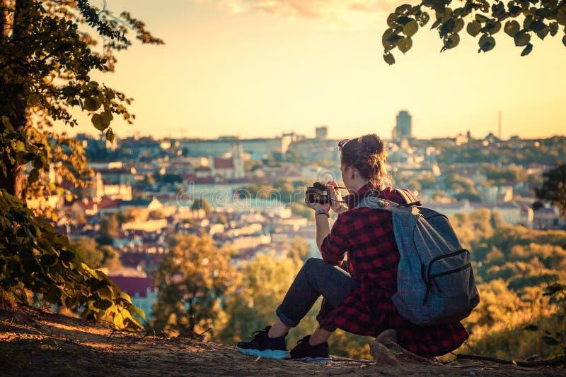 Le blogger de touristes de voyageuse de jeune femme tire à la ville a d'appareil-photo images libres de droits