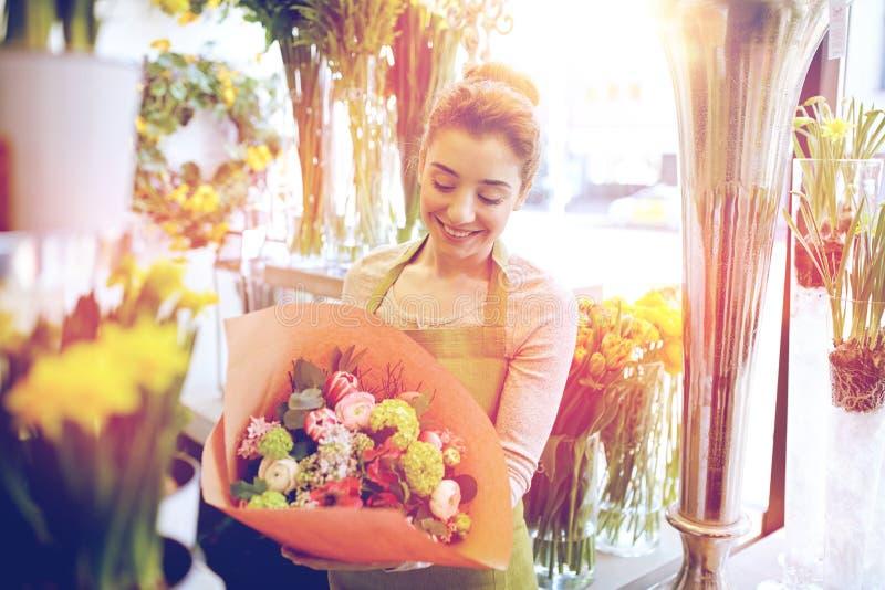 Le blomsterhandlarekvinnan med gruppen på blomsterhandeln arkivfoto