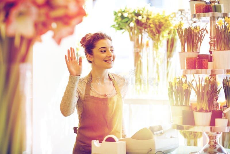 Le blomsterhandlarekvinnan på blomsterhandelcashboxen royaltyfri foto