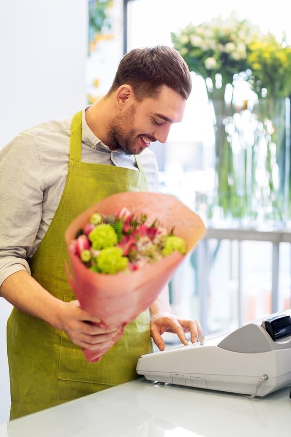 Le blomsterhandlaremannen med gruppen på blomsterhandeln arkivbild
