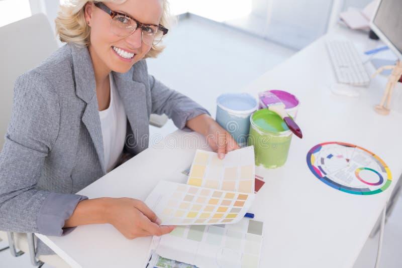 Le blonda diagram för färg för inreformgivare hållande arkivfoto