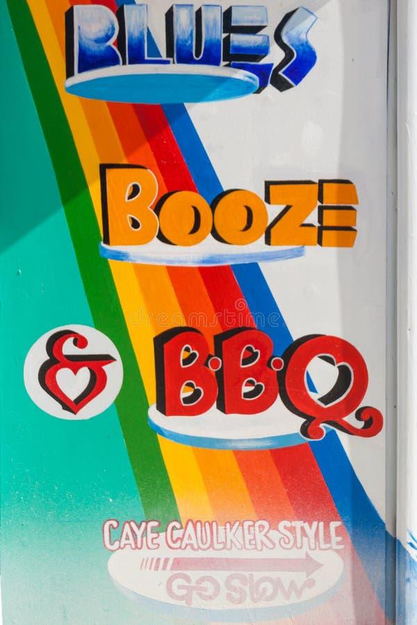 Le 'blues booze' de Ronnie et la douleur au mur du barbecue à l'île Caye Caulker au Belize photos stock