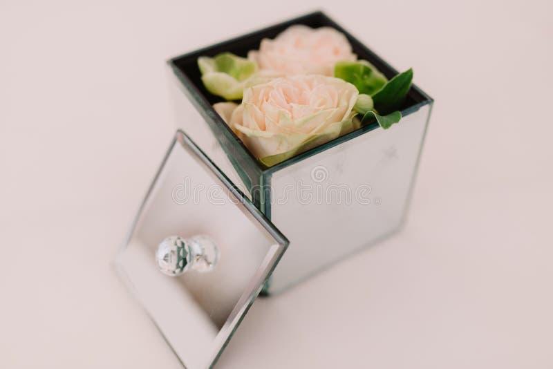 Le boîte-cadeau avec la surface et l'offre de miroir fleurit à l'intérieur photographie stock libre de droits