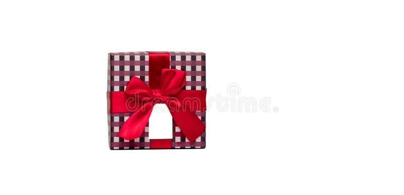 Le boîte-cadeau de modèle de plaid avec l'arc rouge de ruban et la carte de voeux vierge d'isolement sur le fond blanc, ajoutent  photos libres de droits