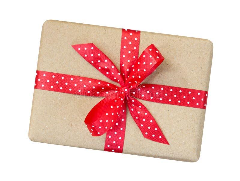 Le boîte-cadeau enveloppé dans le brun a réutilisé le papier avec le ribb rouge de point de polka image libre de droits