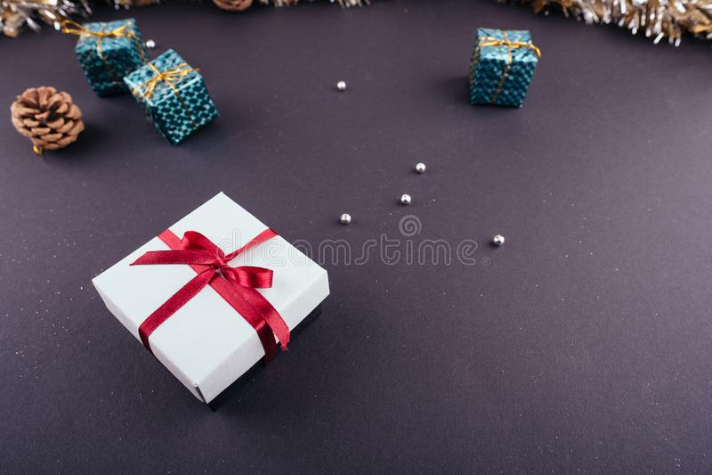 Le boîte-cadeau rouge de fond foncé de vacances de nouvelle année de Noël ornemente la tresse de guirlandes d'en haut image libre de droits