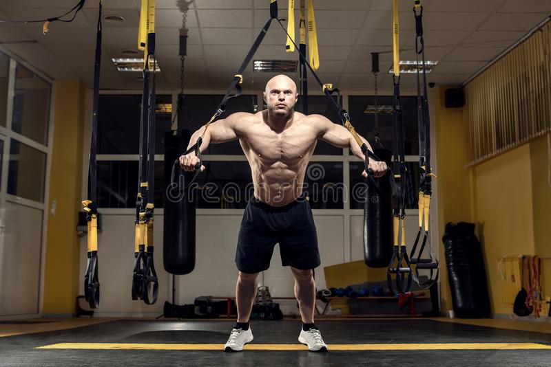 Le bodybuilder d'homme exécutent l'exercice photo libre de droits