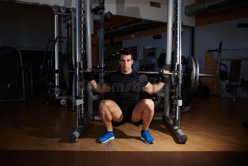 Le bodybuilder professionnel établissant faire s'accroupit avec le barbell photos stock