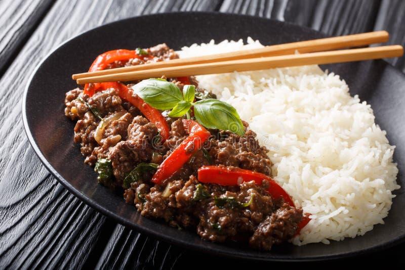 Le boeuf délicieux de basilic avec les paprikas, l'ail et les oignons a servi avec le plan rapproché de riz d'un plat horizontal photos stock