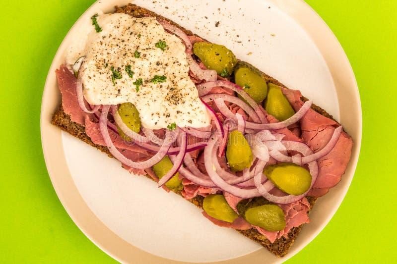 Le boeuf de rôti ouvert a fait face au sandwich avec les cornichons coupés en tranches d'oignons et le H photographie stock libre de droits