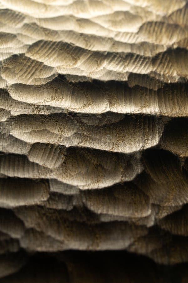 Le bois découpé ondule la texture, fond Surface en bois découpée crue pour le fond abstrait Vagues rétro-éclairées en bois image stock