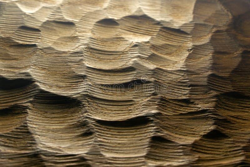 Le bois découpé ondule la texture, fond Surface en bois découpée crue pour le fond abstrait Vagues rétro-éclairées en bois photographie stock libre de droits