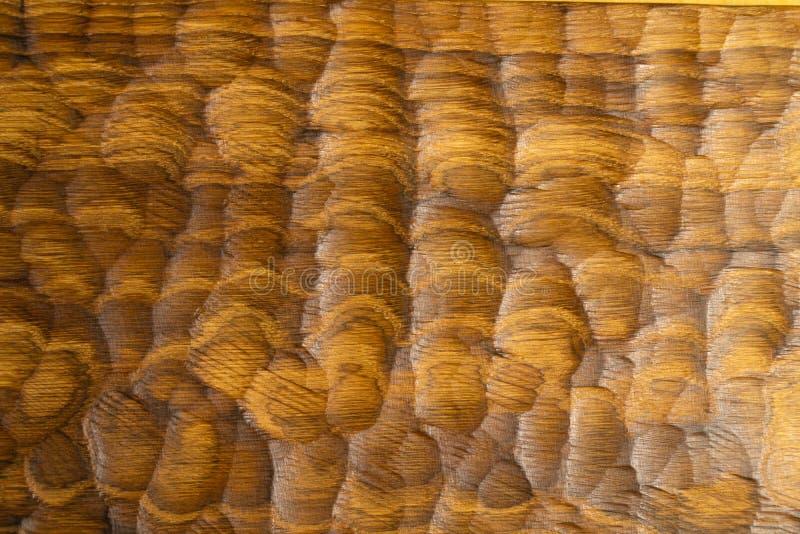 Le bois découpé ondule la texture, fond Surface en bois découpée pour le fond abstrait Surface en bois de planche à découpe photographie stock
