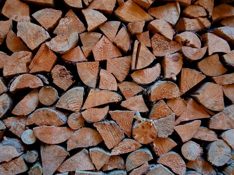 Le bois de chauffage rassemblé pendant l'automne pour l'hiver image libre de droits