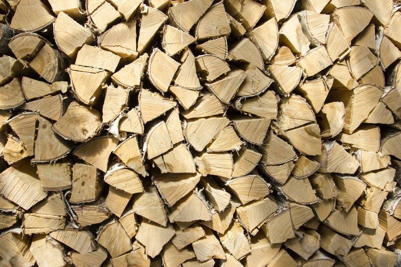 Le bois de chauffage sont empilés d'une manière ordonnée photographie stock