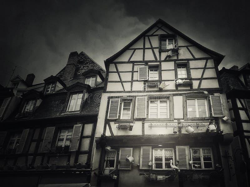 Le bois de construction de Fachwerk a encadré la maison dans la ville de Colmar, France, Alsace Façade à la maison médiévale d'ar photographie stock
