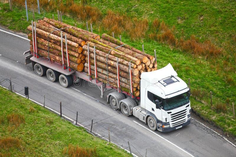 Le bois de construction ouvre une session la remorque de camion images libres de droits