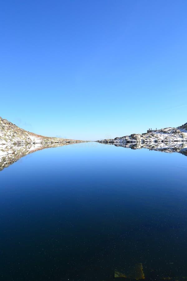 Le bois de parc de vert de ciel bleu de nature de montagne opacifie le réflexe de lac gentil photos libres de droits