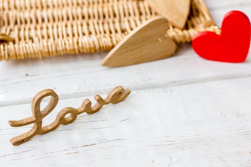 Le bois marque avec des lettres l'AMOUR pour la Saint-Valentin photos libres de droits