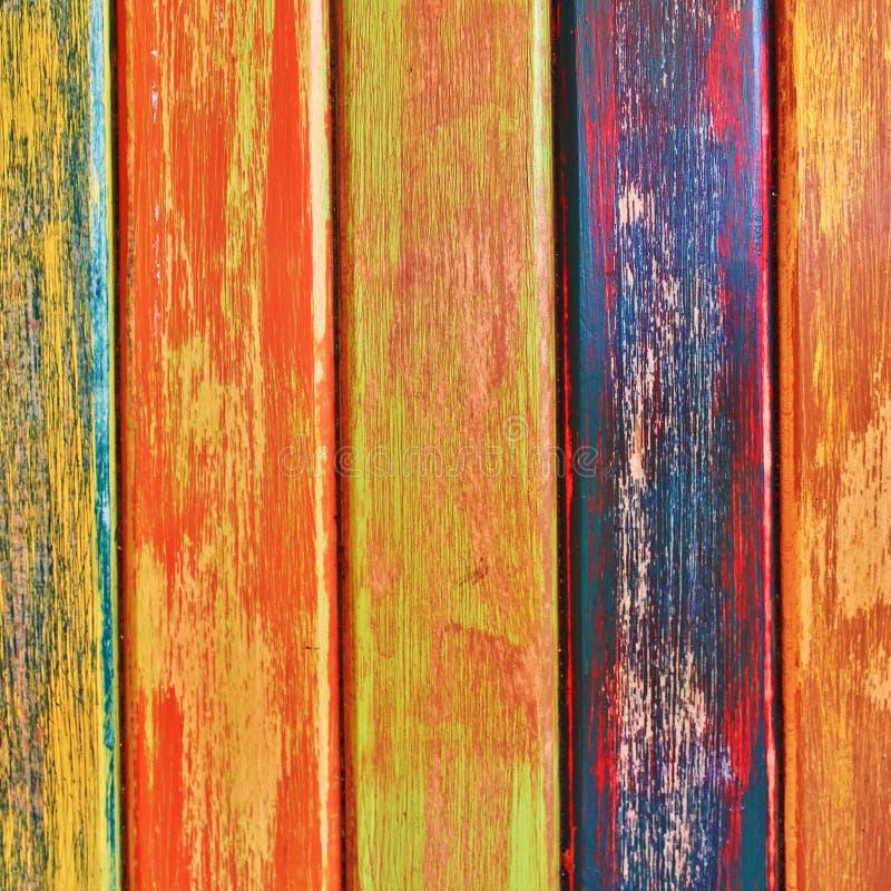 Le bois peint barre le plan rapproché, fond coloré photo libre de droits