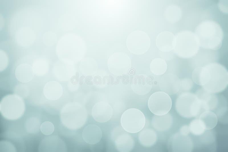 Le bokeh brouillé par bleu vert clair de lumières molles a donné au fond abstrait, à la texture légère de bokeh d'hiver pour le c illustration libre de droits