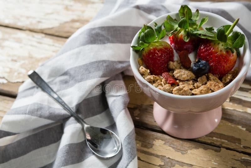 Le bol de blé s'écaille avec les fraises et la myrtille photos stock