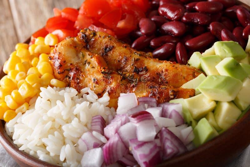 Le bol de Burrito avec le poulet a grillé, riz et des légumes en gros plan photographie stock