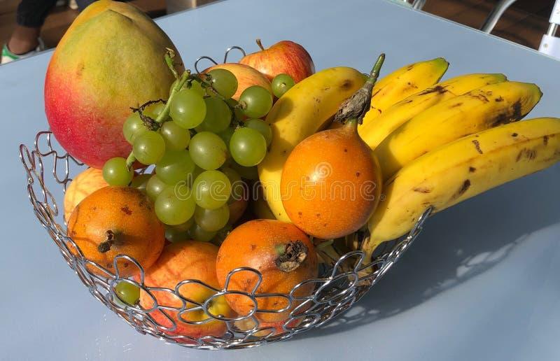 Le bol de fruit prenant le bain du soleil photographie stock