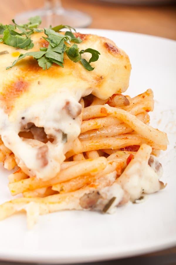 Le Bolonais de Mac et de fromage font haut cuire au four étroit photos stock
