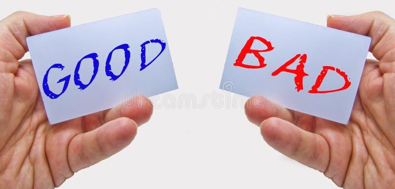 Le bon et mauvais choix signe dedans des mains d'homme sur un fond blanc pour des concepts d'affaires et d'éducation photographie stock libre de droits