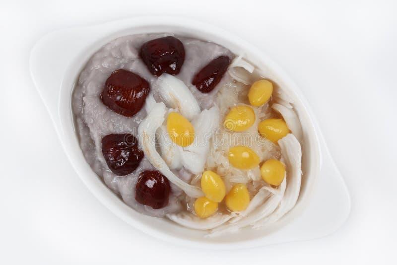 Le bonbon a écrasé le taro avec le ginkgo, nourriture pour la célébration chinoise, sur le fond blanc photographie stock