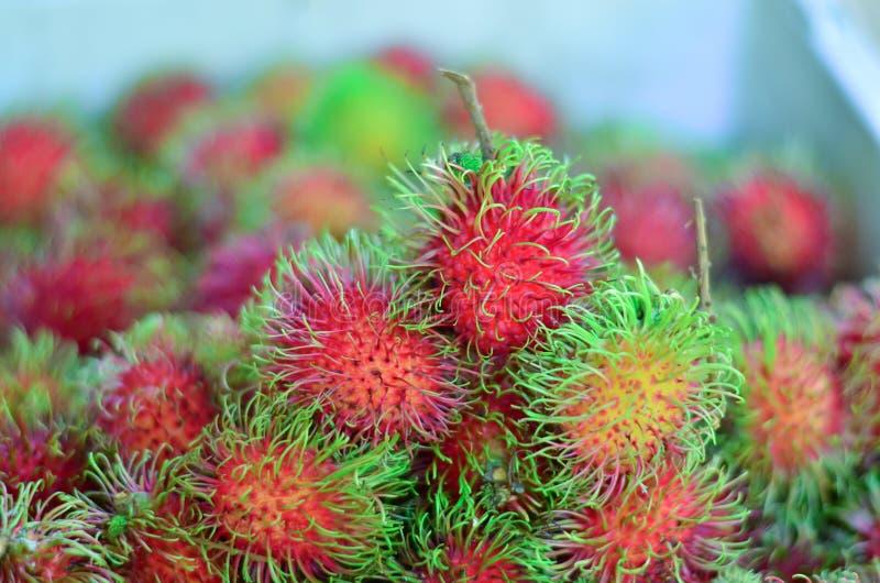 Le bonbon porte des fruits ramboutan sur le marché photographie stock libre de droits