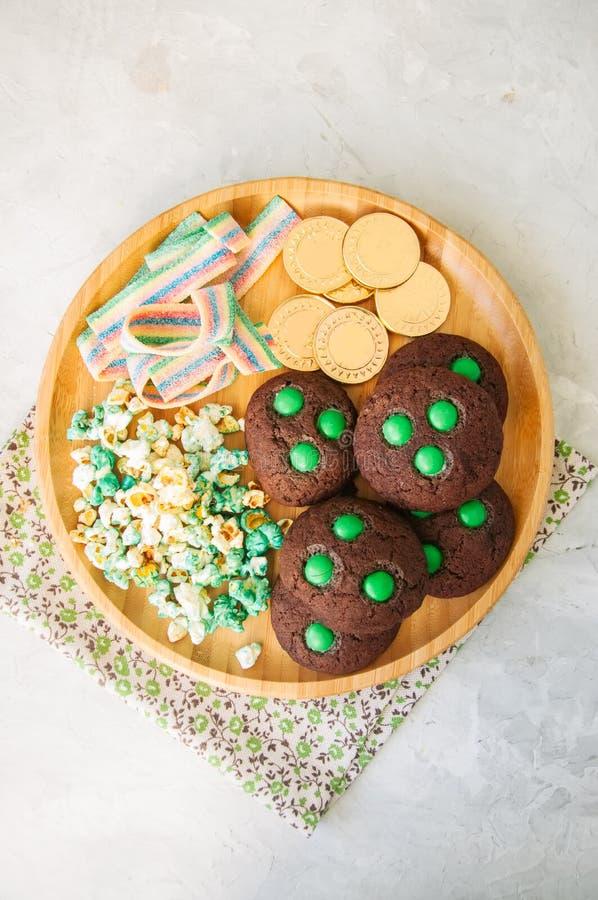 Le bonbon traite pour le jour de St Patricks - biscuits de chocolat, bruit de vert photos stock