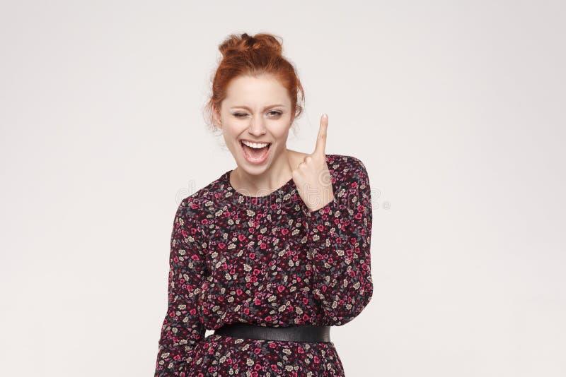 Le bonheur et la femme positive avec les cheveux roux, ont une idée Lookin photos libres de droits