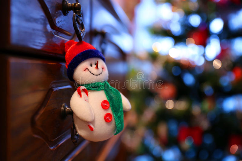 Le bonhomme de neige aiment un jouet de Noël photo libre de droits