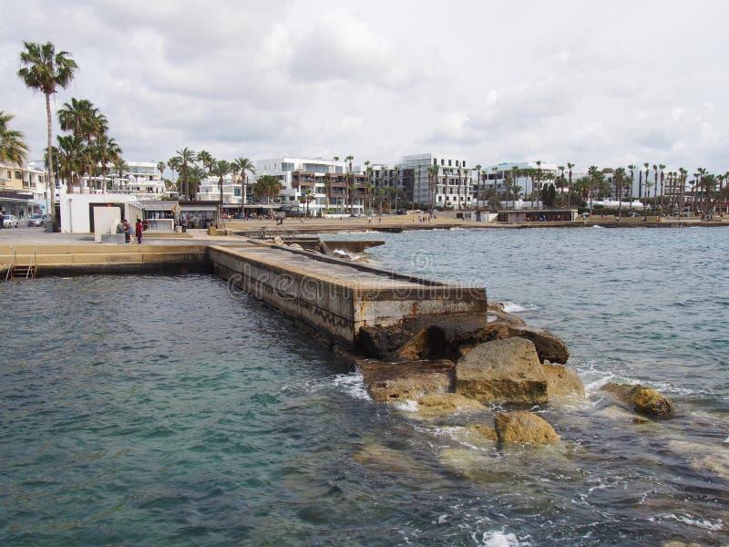 Le bord de mer dans les paphos Chypre avec des appartements et des bâtiments blancs d'hôtel le long de la promenade avec les palm photographie stock libre de droits
