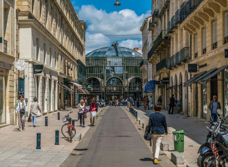 Le Bordeaux, la France, 9 peut 2018 - rue au centre Les commercial G de ` image stock