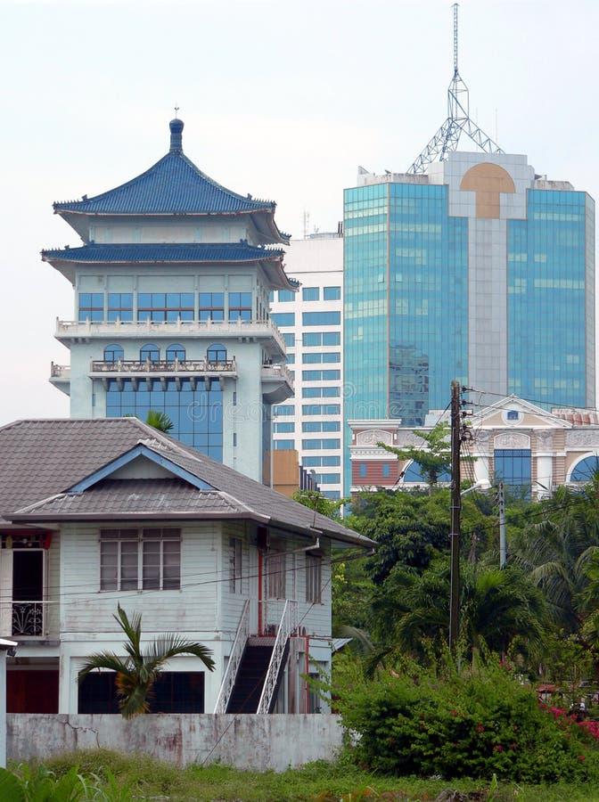 Le Bornéo. Vieilles et neuves constructions photographie stock libre de droits