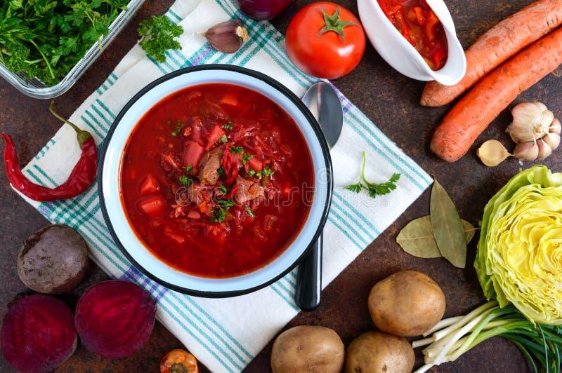 Le borsch est un plat ukrainien traditionnel dans une cuvette et des produits pour sa pr?paration image libre de droits