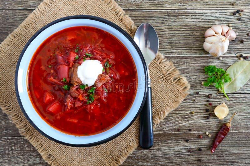 Le borsch est un plat ukrainien traditionnel dans une cuvette sur la table D?jeuner savoureux et sain Y image libre de droits