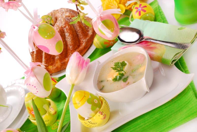 Le borscht et la boucle blancs durcissent sur la table de Pâques image libre de droits