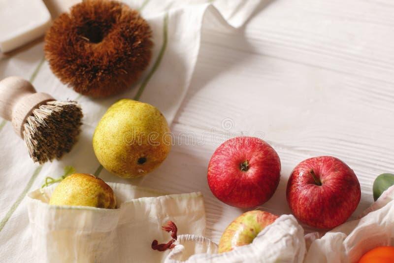 Le borse naturali di Eco con i frutti e la noce di cocco si insaponano e spazzole, il eco f immagini stock