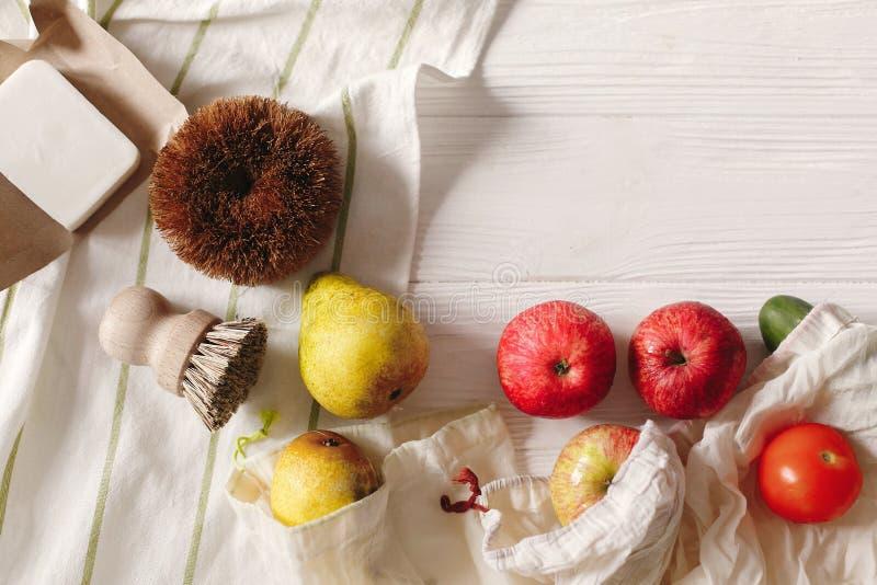 Le borse naturali di Eco con i frutti e la noce di cocco si insaponano e spazzole, il eco f immagini stock libere da diritti